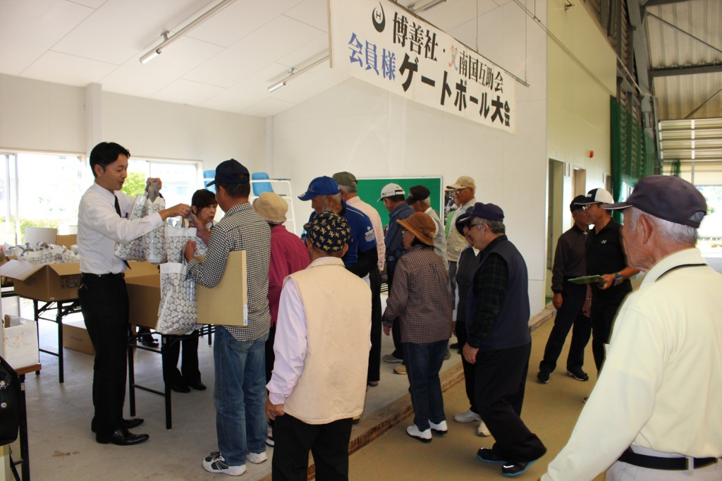 H30-10-13-互助会員ゲートボール大会-参加賞お渡し